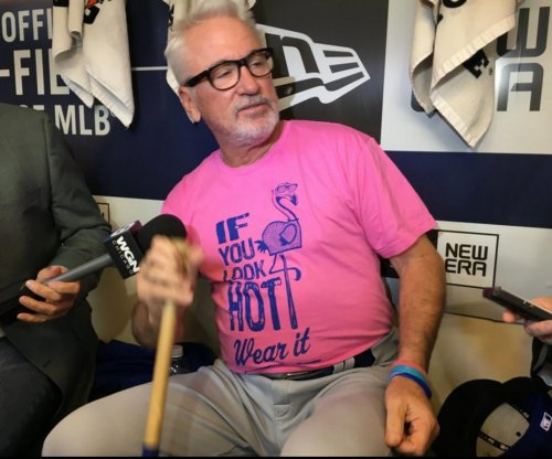 "Chicago Cubs manager Joe Maddon ""looks hot"" in flamingo shirt"