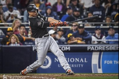 """""""Ugly"""" play leads to 11th inning game-winner for Miami Marlins"""