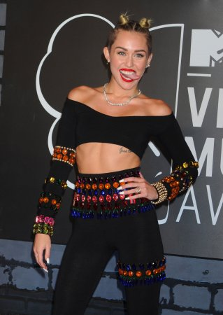 Miley Cyrus brags about how many tweets her VMAs performance got