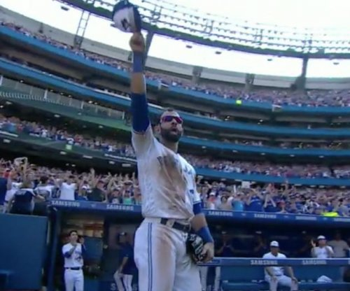 Toronto Blue Jays' Jose Bautista gets emotional curtain call in final home game