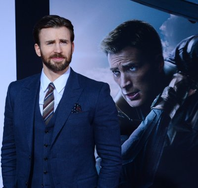 """Chris Evans reportedly """"pursuing"""" relationship with Sandra Bullock"""
