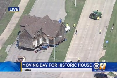 Historic house gets stuck on Texas highway
