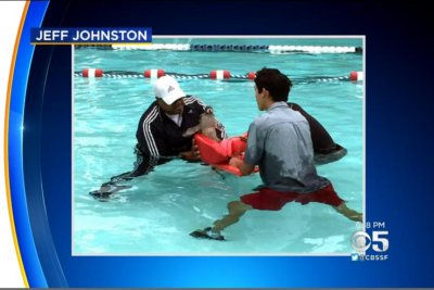 Diving deer interrupts children's swimming class in California