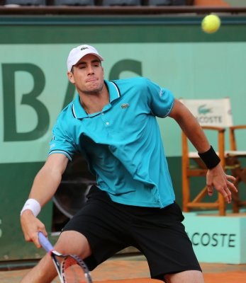 Defending champion Isner advances
