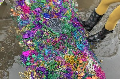 Mardi Gras revelers avoid floodwaters with 'bead bridge'