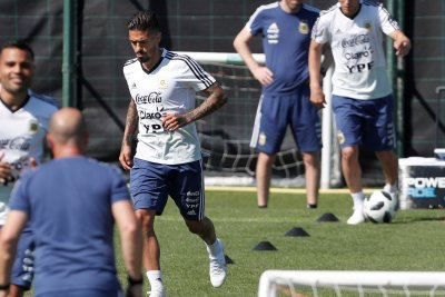 Manuel Lanzini: Argentine midfielder out for World Cup after ACL rupture