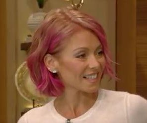 Kelly Ripa debuts pink hair
