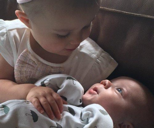 Kelly Clarkson shares sweet photo of daughter and son