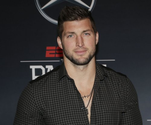 Tim Tebow prays plane passenger through medical emergency