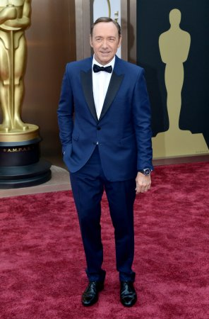 Kevin Spacey dances in lungi at 2014 International Indian Film Academy awards