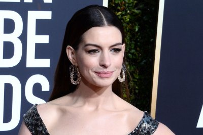 Anne Hathaway recalls worst day of middle school on 'Tonight Show'