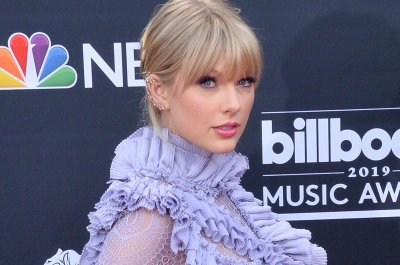 Taylor Swift accepts Teen Choice Icon Award, announces single release date