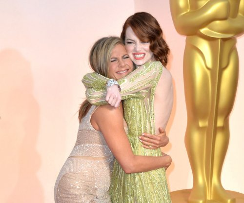 Jennifer Aniston grabs Emma Stone's butt at 2015 Oscars