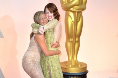Jennifer Aniston grabs Emma Stone's butt at 2015 Oscars