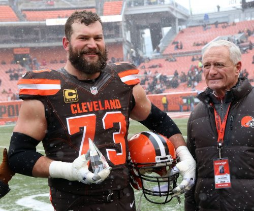 Cleveland Browns OT Joe Thomas' marathon streak ends with triceps injury
