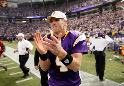Brett Favre still ripped; Twitter blows up over photo