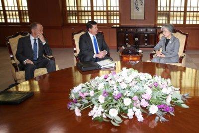 Senior U.S. officials visit Seoul as intelligence-sharing decision looms