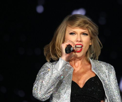 Taylor Swift brings Selena Gomez, Justin Timberlake and Lisa Kudrow on stage