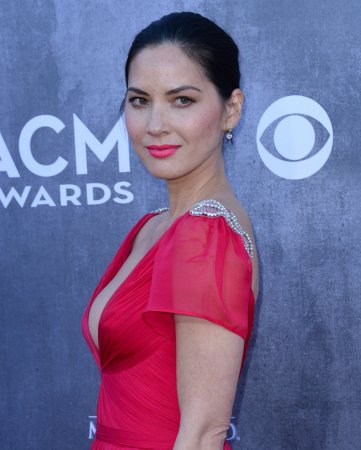 Olivia Munn, Aaron Rodgers confirm relationship with a kiss