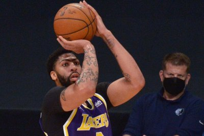 Anthony Davis erupts, Lakers tie series with Suns