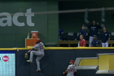 Cardinals' Marcell Ozuna scales wall for catch that doesn't reach him