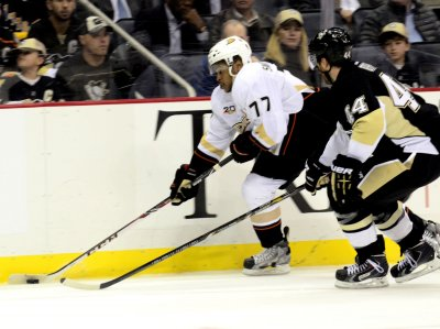 Anaheim Ducks hold on to beat Los Angeles Kings in Game 5