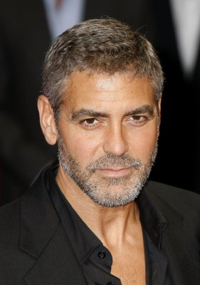Clooney breaks hand in car door