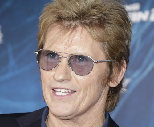 Denis Leary dresses as Bill Clinton, dedicates song to Donald Trump