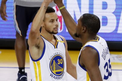 Stephen Curry, Klay Thompson help Golden State Warriors clinch playoff berth