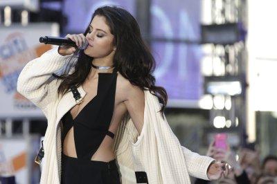 Selena Gomez says 'I love you' to Amy Schumer at Hollywood Film Awards