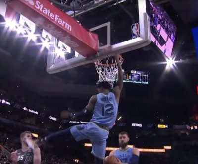 Grizzlies rookie Ja Morant dunks over two Spurs