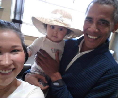 Obama poses with mom and baby in Alaska airport