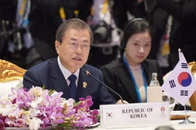 Moon requests ASEAN's support for Korea peace process