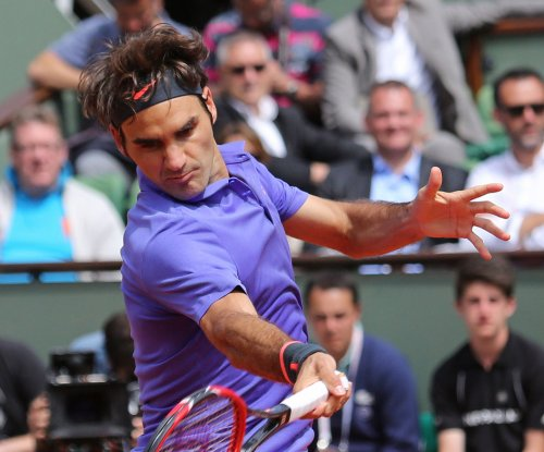 Roger Federer eases into 4th round at Roland Garros