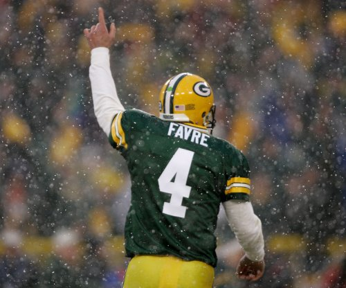 Packers' Aaron Rodgers honored to have moment with Brett Favre