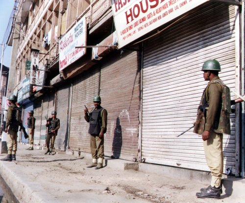 Kashmir: Indian troops surround militants in government buildings