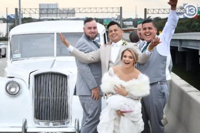 Newlyweds take wedding photo on freeway when car breaks down