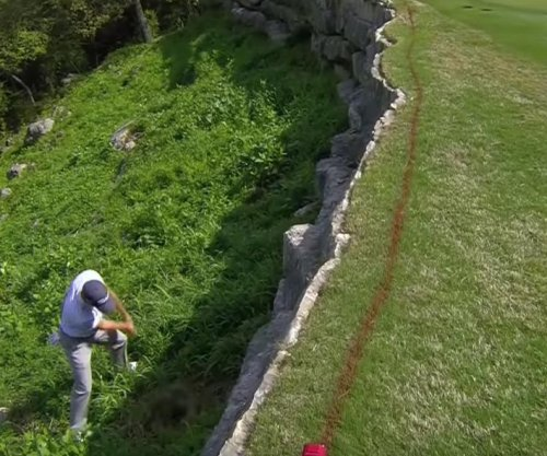Justin Thomas makes incredible rescue for par behind rock wall