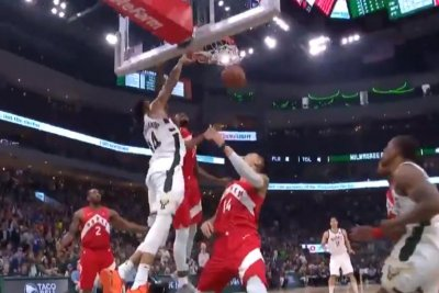Milwaukee Bucks' Giannis Antetokounmpo goes coast-to-coast for huge slam