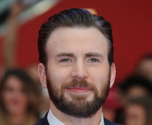 Chris Evans, Jenny Slate make red carpet debut as couple
