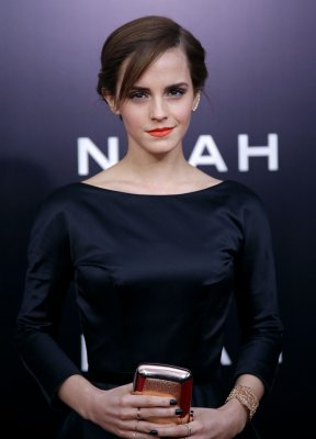 Emma Watson wows with edgy look at Paris Fashion Week