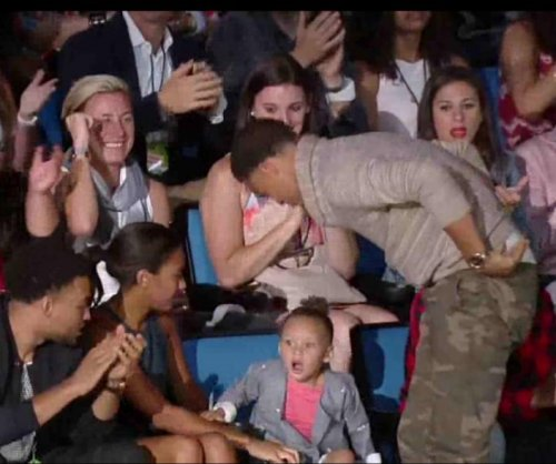 Stephen Curry's daughter Riley shocked by dad's Kid's Choice Awards win
