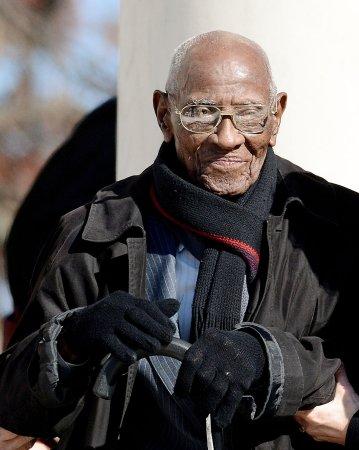 Oldest World War II vet joins Obama at Arlington National Cemetery
