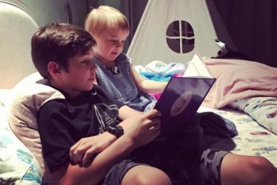 Kelly Clarkson captures sweet moment between daughter, stepson