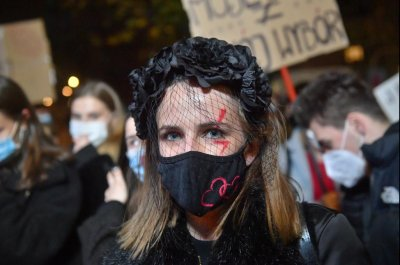 100,000 demonstrate for abortion rights in Poland