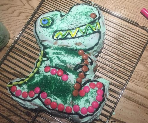 Chris Hemsworth bakes dinosaur cake for daughter's birthday