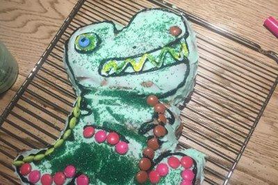 Chris Hemsworth bakes dinosaur cake for daughter's birthday