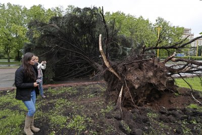 At least 11 killed in Moscow storm; 60,000 evacuated