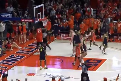 Illinois' Kofi Cockburn scores, accidentally knocks out referee