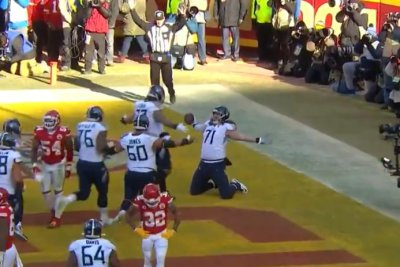 Titans offensive lineman Dennis Kelly sets NFL record with big-man touchdown